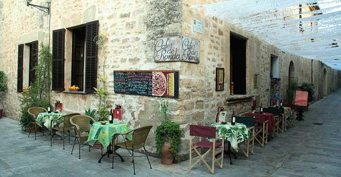 Al fresco dining, Mallorca.