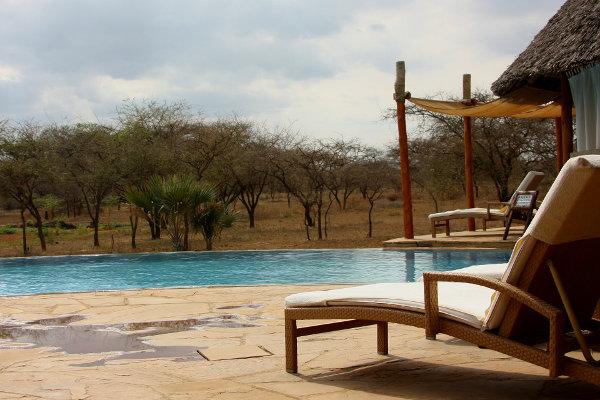 Lodge mit Liege und Swimmingpool