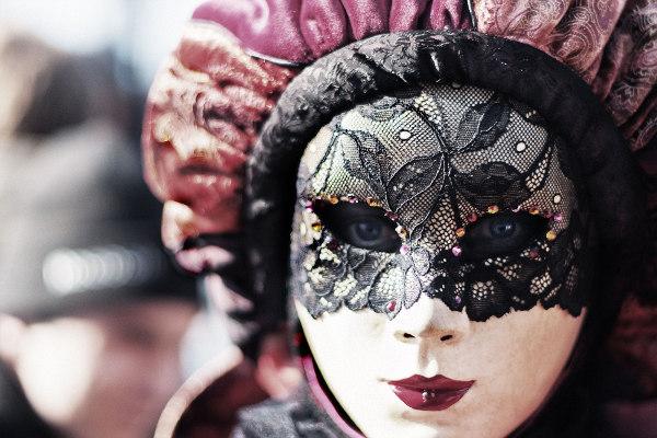Frauenmaske mit roten Lippen