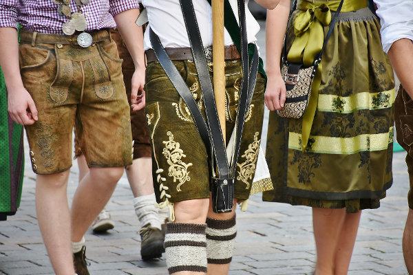 Drei Leute in bayrischer Tracht